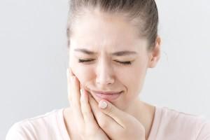 歯がしみる原因は歯ぎしりによる知覚過敏かも?
